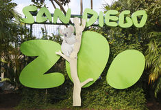 O sinal e o logotipo de San Diego Zoo no balboa estacionam Fotos de Stock Royalty Free