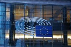 O sinal e a UE embandeiram o símbolo no exterior de construção da Comissão Europeia fotografia de stock