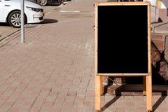 O sinal está na entrada ao café no pavimento, vazio, espaço para o texto foto de stock royalty free