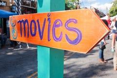 O sinal feito a mão do festival diz filmes e pontos na direção certa foto de stock royalty free