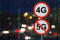 O sinal 4G nenhum 5G e a estrada da noite com carros e datos matriciais imagens de stock