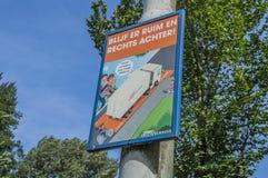 O sinal holandês engraçado esteja ciente do ângulo inoperante de um caminhão em Amsterdão o 2018 holandês imagem de stock