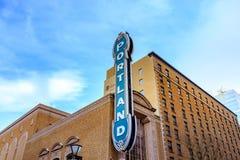 O sinal icônico de Portland de Arlene Schnitzer Concert Hall no dow fotos de stock