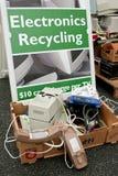 O sinal marca o ponto para despejar a eletrônica em reciclar o evento fotografia de stock