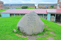 O sinal memorável devotado ao tratado de paz de Orekhovetsky de 1323 na fortaleza Oreshek perto de Shlisselburg, Rússia Imagem de Stock