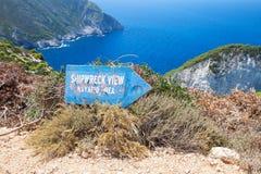 O sinal mostra o sentido à praia da destruição do navio Fotos de Stock Royalty Free