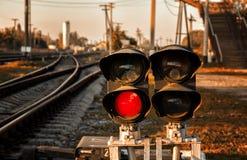 O sinal mostra o sinal vermelho na estrada de ferro foto de stock royalty free