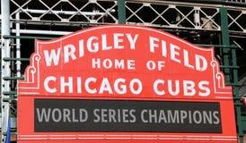 O sinal no campo de Wrigley anuncia a vitória dos world series de Cubs Fotos de Stock Royalty Free