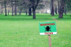 O sinal no gramado com a inscri??o: tiquetaques de advert?ncia fotos de stock royalty free