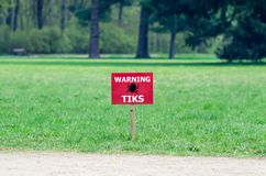 O sinal no gramado com a inscri??o: tiquetaques de advert?ncia fotos de stock