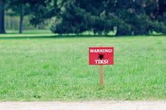 O sinal no gramado com a inscri??o: tiquetaques de advert?ncia imagem de stock royalty free