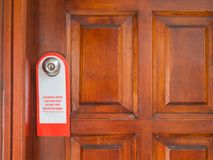 O sinal no puxador da porta não perturba fotos de stock royalty free