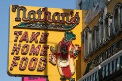 O sinal original do restaurante do Nathan em Coney Island, New York Imagem de Stock