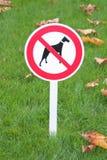 O sinal proibe cães da caminhada Fotos de Stock Royalty Free