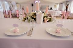 O sinal vazio do quadro do espaço do anúncio - decoração da instalação do casamento durante a recepção - ofereça a cor cor-de-ros foto de stock