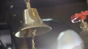 O sino de cobre velho soa alto na sala escura do mistério filme
