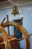 O sino do leme e do navio de uma vela envia Foto de Stock Royalty Free