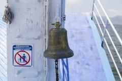 O sino do navio feito do bronze no barco feiry Imagens de Stock