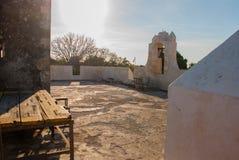 O sino na torre de protetor em San Francisco de Campeche, México Vista das paredes da fortaleza fotos de stock