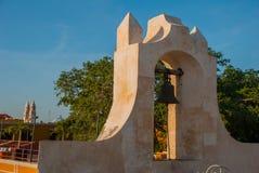 O sino na torre de protetor em San Francisco de Campeche, México Vista das paredes da fortaleza fotos de stock royalty free