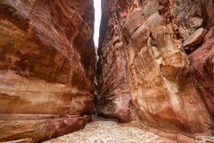 O Siq - desfiladeiro estreito a PETRA da cidade antiga, Jordânia Fotografia de Stock Royalty Free