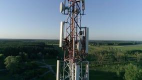 O sistema da antena da telecomunicação da manutenção, zangão disparou no coordenador do homem que o dispositivo dos usos video estoque