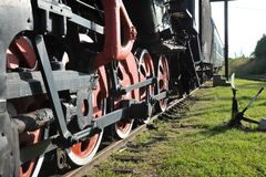 O sistema de movimentação da roda de uma locomotiva do trem fotos de stock