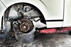 O sistema de suspensão do carro está sendo verificado conduzindo a segurança fotos de stock royalty free