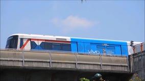 O sistema de transporte público de Banguecoque, conhecido geralmente como o BTS ou o Skytrain, a metragem mostra-a que está corre vídeos de arquivo