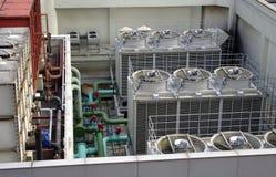 O sistema do ar e de tubulação no telhado cobre Fotos de Stock Royalty Free