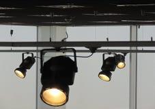 O sistema ferroviário com segue projetores para a iluminação da fase fotos de stock
