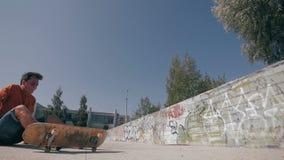 O skate falha Skater que skateboarding e que cai para baixo fazendo truques em uma rua Movimento lento filme