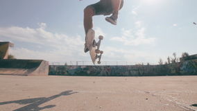 O skate falha Skater que skateboarding e que cai para baixo fazendo truques em uma rua Movimento lento vídeos de arquivo