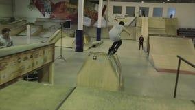 O skater do rolo salta de um trampolim em outro grind extremo Competição no skatepark vídeos de arquivo