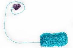 O skein azul com faz crochê o coração Fotos de Stock