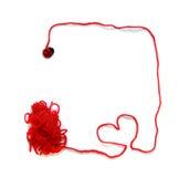 O skein vermelho com coração e a joaninha para fazem crochê Foto de Stock