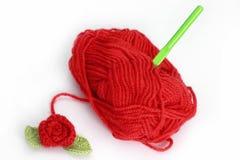 O skein vermelho e faz crochê cor-de-rosa Fotos de Stock Royalty Free