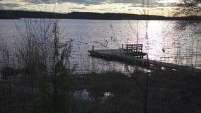 O slider disparou do lado do lago durante o por do sol O tiro induz uma atmosfera sonhadora filme
