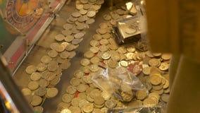 O slot machine do casino encheu com os Ingleses 10 moedas das moedas de um centavo Imagens de Stock