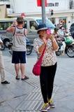 O smartphone do uso do viajante toma o tráfego da foto Imagem de Stock