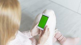 O smartphone nas mãos Fotos de Stock