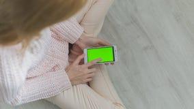 O smartphone nas mãos Fotografia de Stock Royalty Free