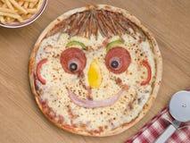 O smiley enfrentou a pizza com uma parcela de microplaquetas Fotos de Stock Royalty Free