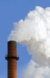 O Smokestack arrota para fora o fumo de encontro ao vertical do céu azul fotografia de stock royalty free
