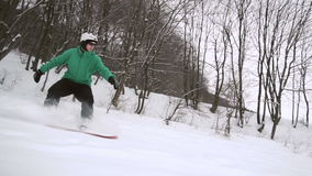 O Snowboarder desliza a inclinação da neve video estoque