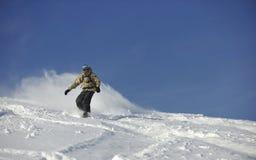 O snowboarder do estilo livre salta e monta Imagens de Stock