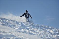 O snowboarder do estilo livre salta e monta Imagem de Stock