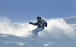 O snowboarder do estilo livre salta e monta Foto de Stock