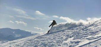O snowboarder do estilo livre salta e monta Imagem de Stock Royalty Free