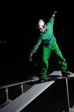 O snowboarder do estilo livre salta no ar na noite fotos de stock